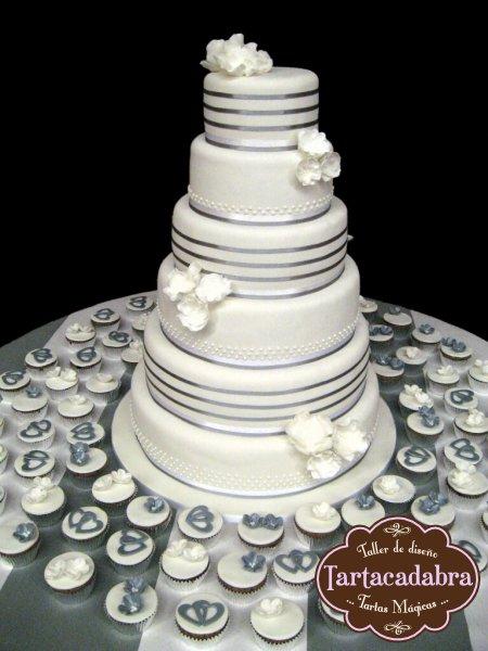 Tarta de boda , blanco y plateado (con cupcakes)